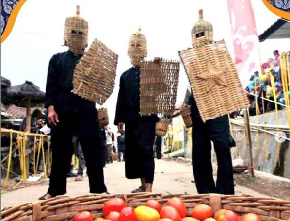 Rempug Tarung Adu Tomat di Lembang Kab Bandung Barat dok : Instagram Humas Kab Bandung Barat
