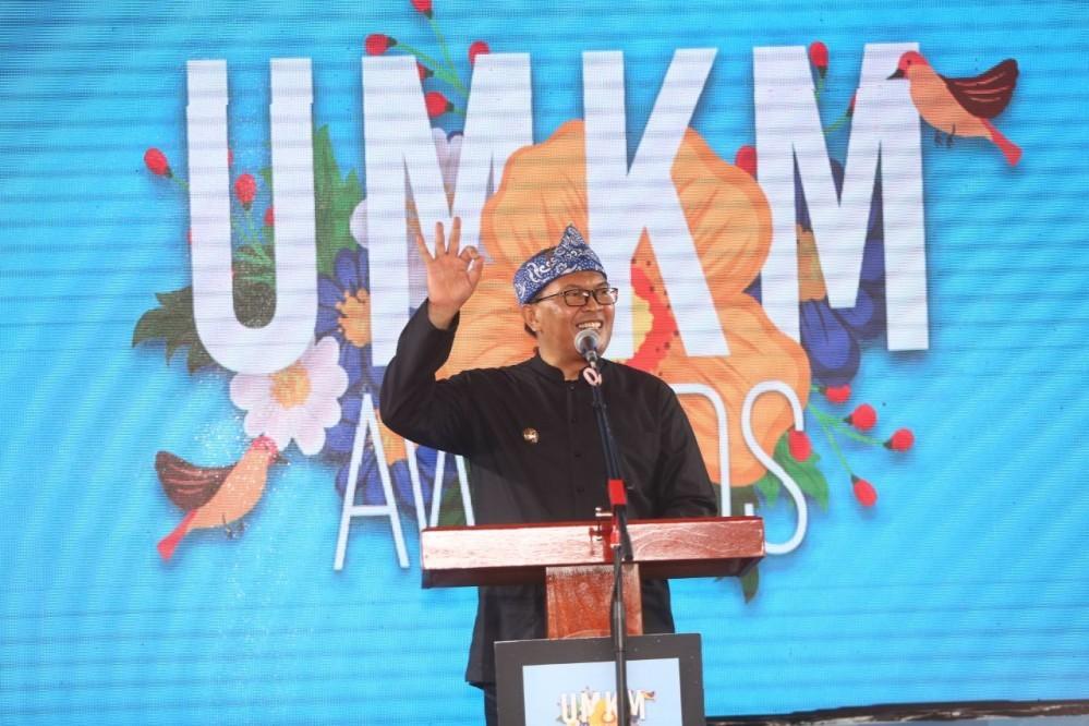 WALI Kota Bandung saat menyerahkan penghargaan UMKM Award 2019 di Bumi Sangkuriang, Rabu (9/10/2019), sempat memberikan tips agar pelaku UMKM berkembang.* dok foto Nurul/Humas.Bandung.go.id