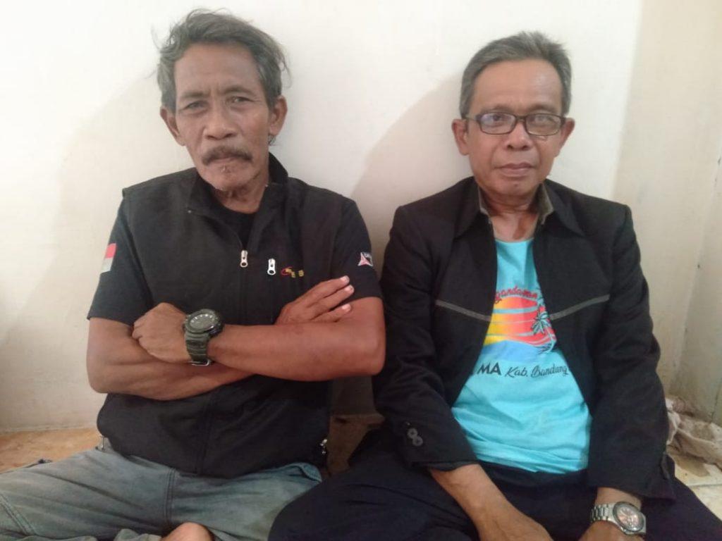 Drs.Entis Sutisna ( Kades Terpilih) berkaca mata dan Wahyu Marcel (Tim Sukses).