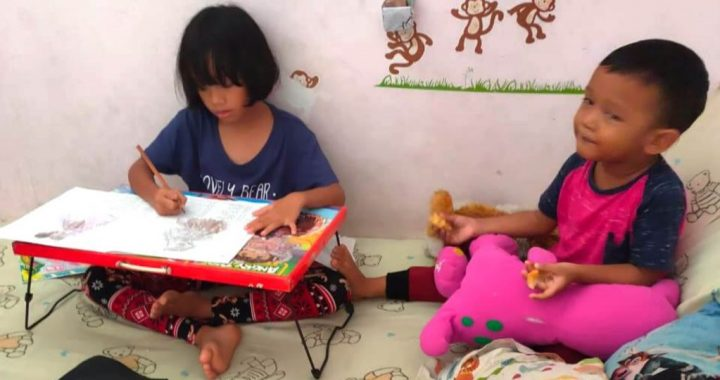 Chaca (6) di Jakarta Barat, mewarnai gambar ketika ibunya menata baju. (Foto: PHI via Ellen)