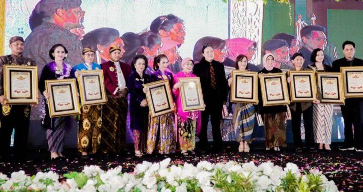 Para peserta menerima piagam Rekor Dunia Berkebaya dari RWR.