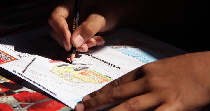 Foto : Kegiatan mewarnai gambar oleh seorang anak. (Humas BNPB/Danung Arifin)