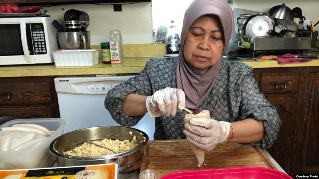 Lely Sunardi sedang mempersiapkan pesanan makanan. (foto: courtesy)