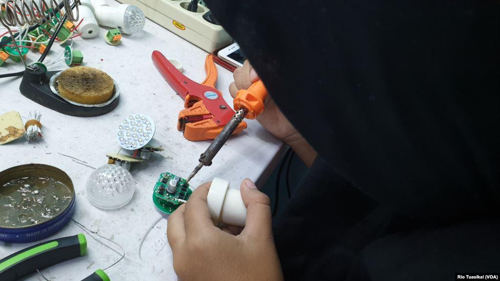 Seorang siswi SMK tengah magang di workshop lampu limar pesantren Darul Hidayah, Kota Bandung. (VOA/Rio Tuasikal)