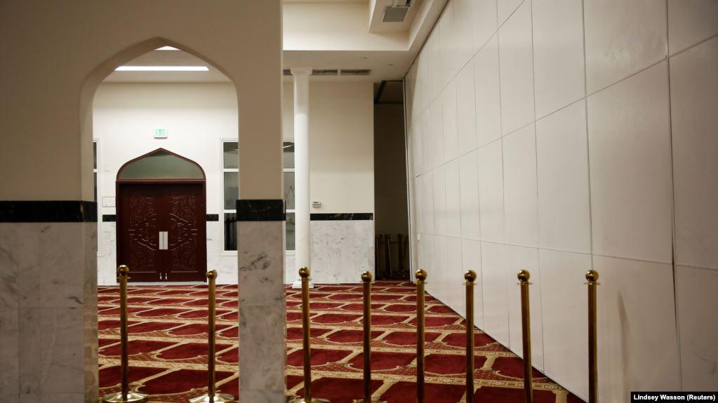 Sebuah masjid yang sebagian besar kosong selama sholat tarawih. Biasanya jamaahnya mencapai lebih dari seribu orang, di Asosiasi Muslim Puget Sound pada hari pertama Ramadan selama wabah COVID-19 di Redmond, Washington, AS, 24 April 2020. (Foto : Reuters
