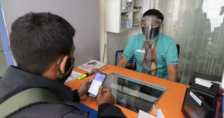 Petugas customer service melayani pelanggan menggunakan APD (Foto :kai.id)