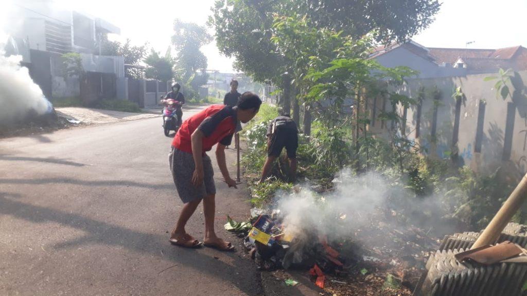 Warga membersihkan lingkungan dan PSN serentak di Kelurahan Argasari Kec Cihideung Kota Tasikmalaya