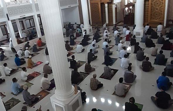Salat Jum'at Perdana di Masjid Besar Lembang- Kab Bandung Barat, Beberapa protokol kesehatan pun diterapkan kepada jemaah selama mengikuti Salat Jumat. Foto : Riza Abdul Sholih