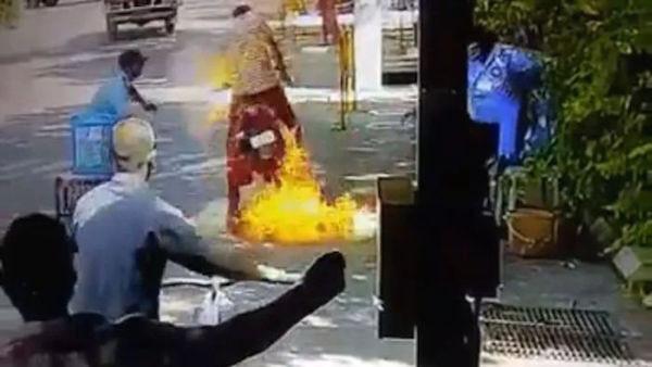 Motor Terbakar karena disemprot cairan disinfektan. Foto: Cartoq