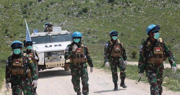 Prajurit TNI yang tergabung dalam Indobat XXIII melakukan patroli di selatan kota Al Adaysseh, Lebanon Selatan. Foto: Puspen TNI