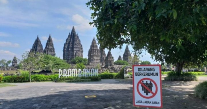 Tanda larangan berkerumun dipasang di gerbang masuk Candi Prambanan. (Foto: Dispar DIY)