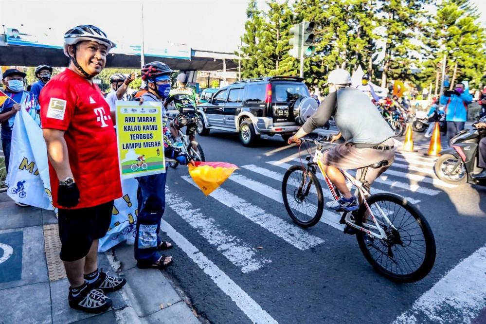 Wali Kota Bandung, Yana Mulyana mendukung kampanye Bersepeda Tertib Berlalu Lintas dan Peduli Protokol Kesehatan di Taman Cikapayang, Jalan Ir. H. Djuanda, Minggu (2 Juli 2020). Foto : Humas Bandung