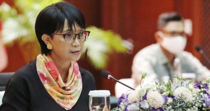Menlu Retno Marsudi dalam konferensi pers virtual di Jakarta hari Kamis (23/7) menjabarkan upaya diplomasi yang dilakukan Indonesia untuk dapat mengembangkan vaksin virus corona, terutama dengan tiga pihak : China, Korea Selatan dan CEPI. (Foto courtesy: KemluRI)