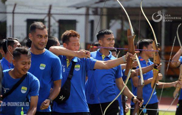 Para pemain Persib Bandung sedang memanah. Foto: Liga Indonesia