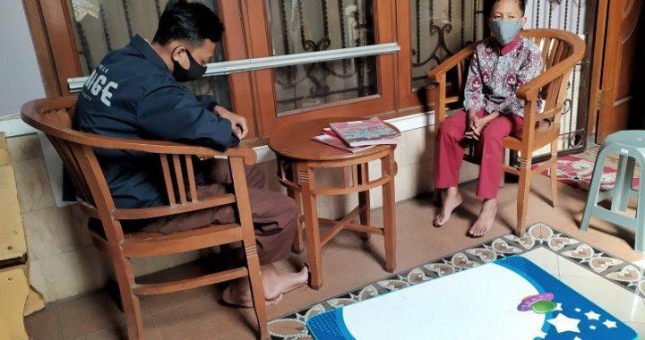 Sejumlah pelajar tengah memanfaatkan Wifi untuk mengikuti pembelajaran secara daring di Kompleks Permata Biru, Kecamatan Cileunyi, Kabupaten Bandung, Kamis (30/7). Foto: ANTARA/Bagus Ahmad Rizaldi