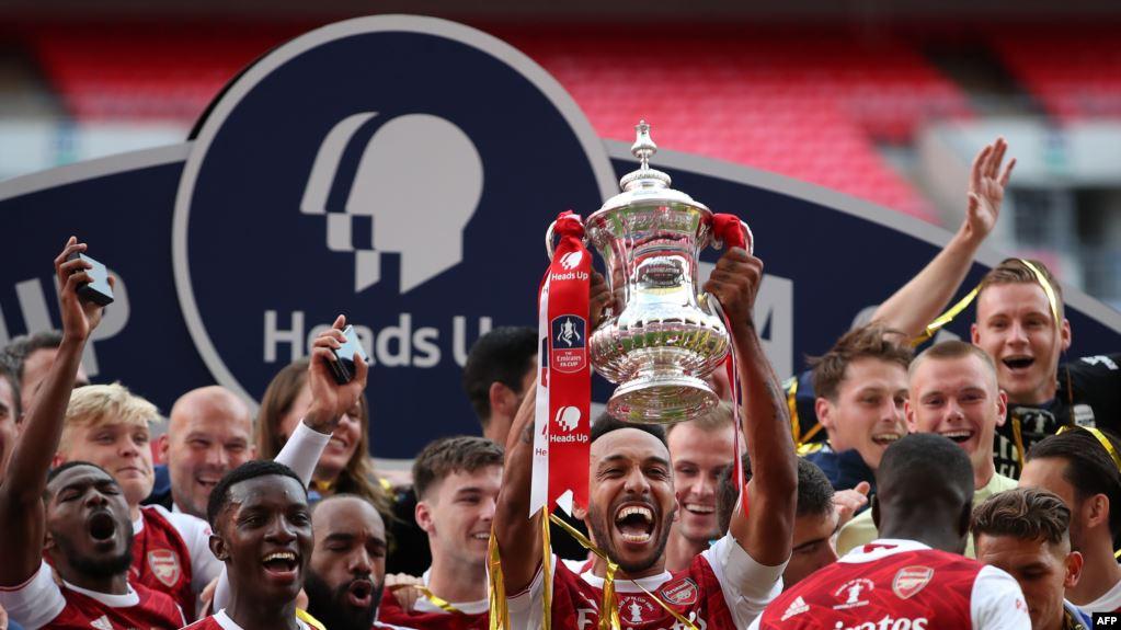 Striker Arsenal asal Gabon, Pierre-Emerick Aubameyang, memegang trofi merayakan kemenangan setelah pertandingan sepak bola final Piala FA antara Arsenal dan Chelsea di Stadion Wembley di London, pada 1 Agustus 2020. (Foto: AFP)