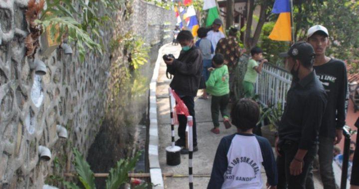 Selokan di RW 02 Kelurahan Ledeng, Kecamatan Cidadap, Kota Bandung yang semula kotor dan berbaru, berhasil diubah oleh Pemuda Pemudi Cipaku (Papici) menjadi bersih dan ditanami ikan. Di lokasi tersebtu sekarang menjadi obyek wisata bagi masyarakat setempat.*Olich/Humas.bandung.go.id