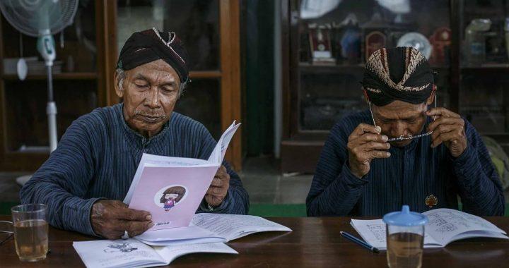 Abdi dalem Keraton Yogyakarta membaca buku tradisi bahasa Jawa. Foto: ANTARA FOTO