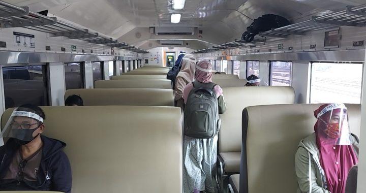 PROTOKOL KESEHATAN. Penumpang kereta api di Stasiun Madiun mengenakan face shield sebagai salah satu syarat protokol kesehatan mencegah Covid-19, Kamis, 2 Juli 2020. Foto. Humas PT KAI Daop 7 Madiun