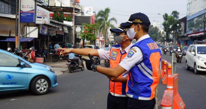 Petugas Dinas Perhubungan (Dishub) Kota Bandung sedang memantau pelaksanaan rekayasa lalu lintas di kawasan pembangunan fly over Jln. Jakarta - Jln. Ahmad Yani - Jln. Suptratman, Rabu (5 Agustus 2020).*