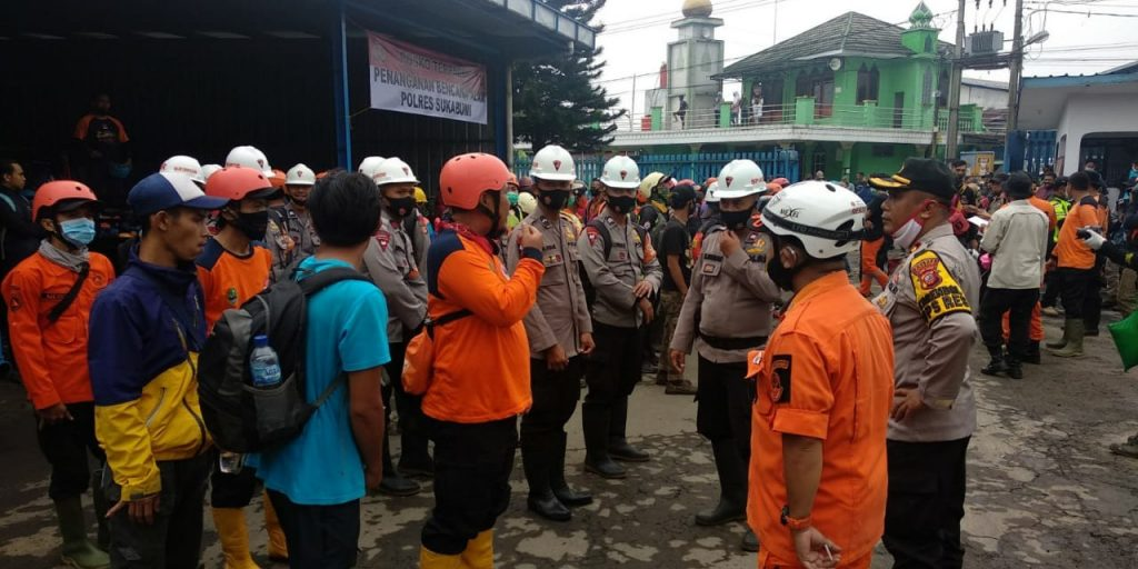Foto : Koordinasi tim penanganan banjir bandang di Kabupaten Sukabumi, Jawa Barat (22/9). (TRC BNPB)