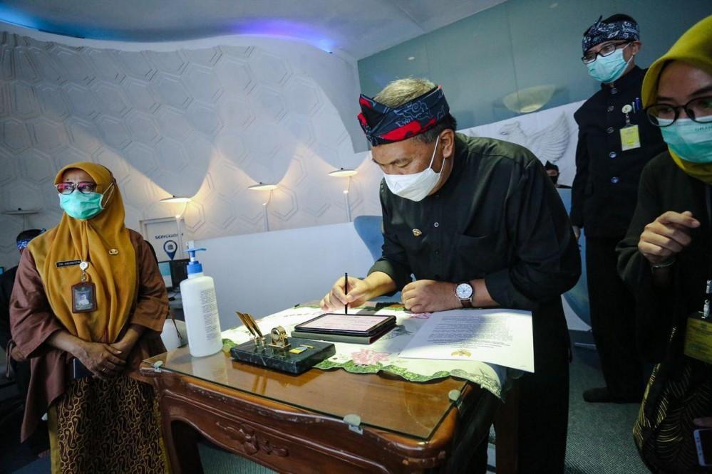 Wali Kota Bandung, Oded M. Danial saat penandatanganan asistensi pogram yang bersumber dari pinjaman daerah skema Pemulihan Ekonomi Nasional (PEN) secara virtual di Balai Kota Bandung, Kamis (24 September 2020)