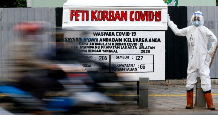 Boneka dengan pakaian pelindung diri (seperti petugas kesehatan) untuk memperingatkan orang-orang tentang bahaya COVID-19 di Jakarta, 18 Agustus 2020. (Foto ilustrasi: REUTERS).