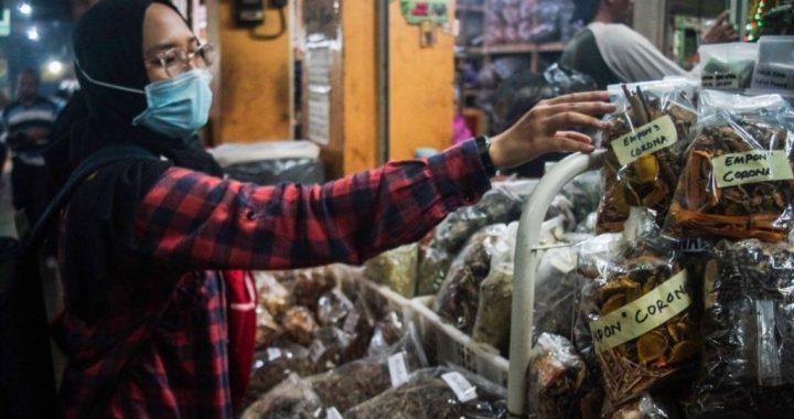 Sebuah toko jamu di pasar tradisional di Yogyakarta menjual berbagai ramuan tradisional untuk meningkatkan kekebalan tubuh di tengah pandemi virus corona (Covid-19), 3 Maret 2020. (Foto: AFP)