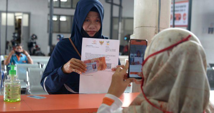 Petugas melakukan pemotretan kepada Keluarga Penerima Manfaat (KPM) saat penyaluran Bantuan Sosial Tunai di Kantor Pos Banda Aceh, Aceh, Sabtu (17/10/2020). Pemerintah Aceh menyebutkan hingga September 2020 telah menyalurkan bantuan sosial senilai Rp.2,3 triliun untuk sebanyak 284.771 KPM melalui Program Keluarga Harapan (PKH), Bantuan Pangan Non Tunai (BPNT) dan  Bantuan Sosial Tunai (BST) untuk meringankan beban ekonomi masyarakat yang terdampak COVID-19. Foto : Antara/Ampelsa