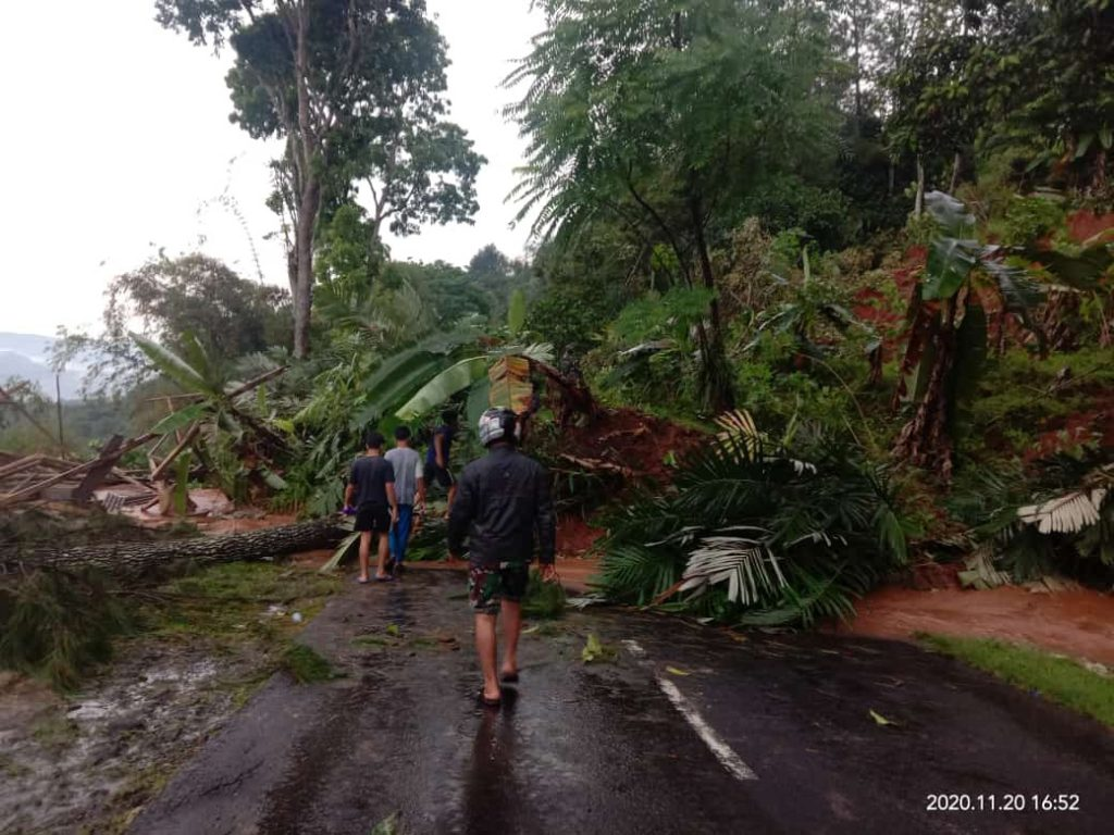 Foto : Bencana tanah longsor terjadi di Desa Sindangkerta, Kecamatan Pagelaran, Kabupaten Cianjur, Jawa Barat pada Jumat (20/11). (BPBD Kabupaten Cianjur)
