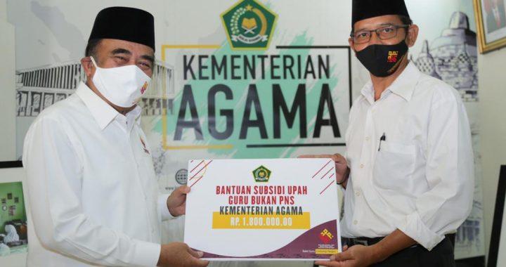 Menag Serahkan Bantuan Subsidi Gaji Guru Bukan PNS, Selasa (25/11). (Foto: Romadanyl).