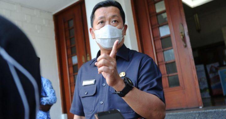 Ketua Pelaksana Harian Gugus Tugas Percepatan Penanganan Covid-19 Kota Bandung, Ema Sumarna saat memberikan keterangan usai memimpin Rapat Evaluasi Gugus Tugas Percepatan Penanganan Covid-19 Kota Bandung, Selasa (17 November 2020), di Balai Kota Bandung.* Foto :  Humas Bandung