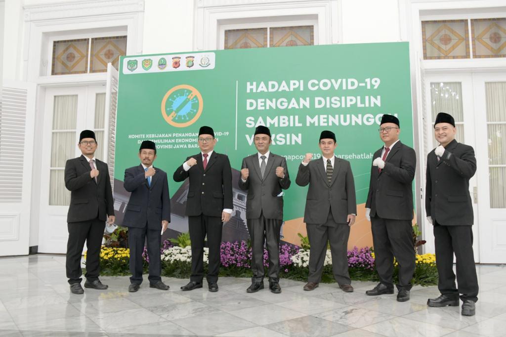 Gubernur Lantik KPID Jabar -1