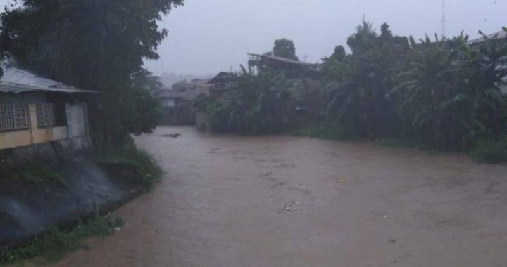 Banjir dan tanah longsor terjadi akibat hujan dengan intensitas tinggi dan struktur tanah yang labil di Kota Manado, Provinsi Sulawesi Utara. Foto :  Banjir dan tanah longsor terjadi akibat hujan dengan intensitas tinggi dan struktur tanah yang labil di Kota Manado, Provinsi Sulawesi Utara