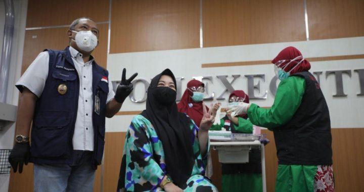 Wakil Wali Kota Bandung, Yana Mulyana menyaksikan penulis Risa Saraswati saat mendapat vaksinasi Covid-19 di Rumah Sakit Ibu dan Anak (RSKIA) Kota Bandung pada Kamis (14 Januari 2020)