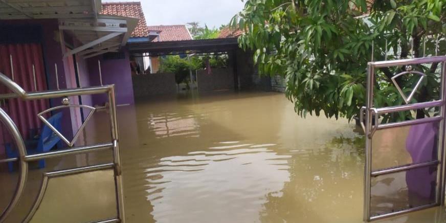 Foto : Salah satu rumah warga di Kabupaten Indramayu terendam banjir akibat meluapnya beberapa sungai pada Minggu (7/2/21) lalu. (BPBD Kabupaten Indramayu)