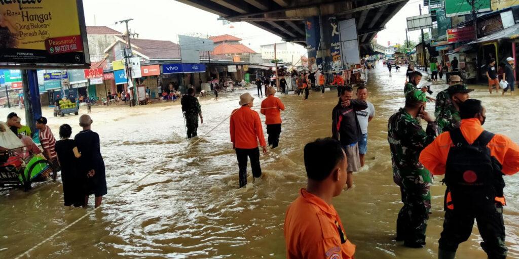 Foto : BPBD Kabupaten Subang, tim gabungan dan warga melintasi banjir yang terjadi pada Minggu lalu (7/2). (BPBD Kabupaten Subang)
