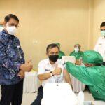 Direktur Utama KAI Didiek Hartantyo (kiri) bersama jajaran Direksi KAI meninjau jalannya vaksinasi Covid-19 bagi pegawai KAI di Bandung. PT Kereta Api Indonesia (Persero) melakukan vaksinasi massal kepada 5.246 pegawai KAI Group di Pusdiklat Ir. H Juanda KAI, Kota Bandung, yang dimulai pada Selasa (23/3/21). Foto :   KAI