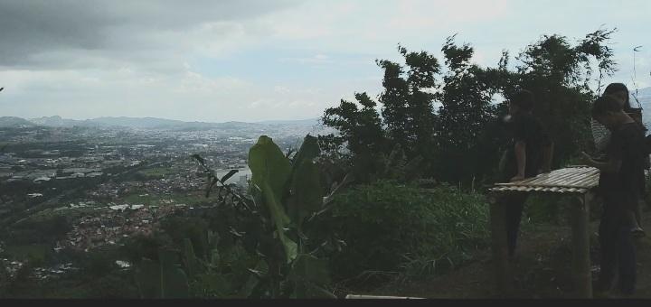 Beberapa Orang Remaja Menikmati Keindahan dan Melihat Keindahan Bandung Raya di Atas Puncak Gunung Bohong, Minggu, 7/3/21.*rwd