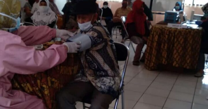 Warga Vaksinasi Covid-19 Lansia Tahap I  di Puskesmas Cimahi Selatan- Kota Cimahi. Foto : R. Indri Andyani, A.Md