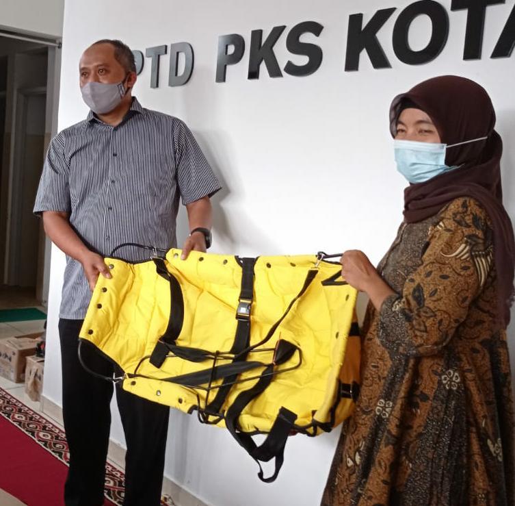 Ketua DPD PKS Cimahi bapak Wahyu Widyatmoko menyerahkan bantuan Dacin Inovatif kepada ketua Posyandu Melati 1C ibu R. Indri Andayani, A.Md Foto : R.Indri Andayani, A.Md