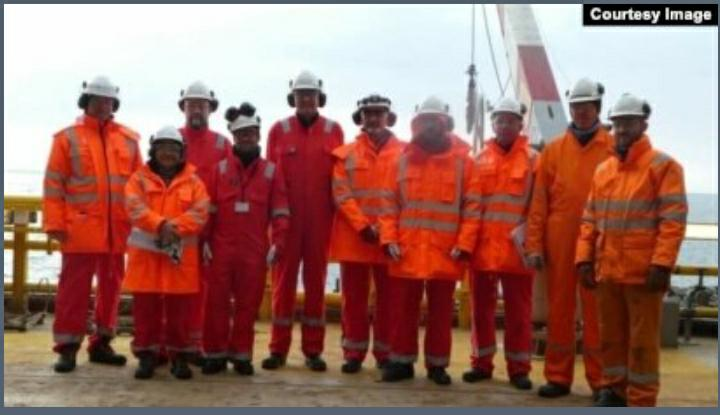 Vidya bersama rekan kerja yang mayoritas laki-laki (dok. pribadi).