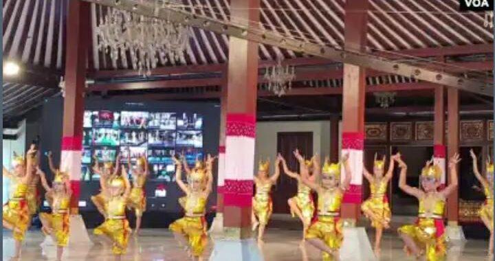 Anak-anak dengan gaya lincah Tari Kijang secara kolosal virtual merayakan Hari Tari Dunia di Solo, Kamis (29/4). (Foto: VOA/ Yudha Satriawan)
