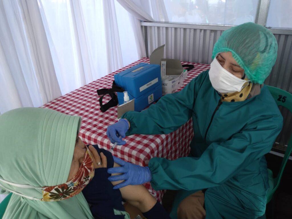 Pedagang Pasar Puri Cipageran menerima Vaksin ke 2, Senin (19/04/21) *Foto: rwd
