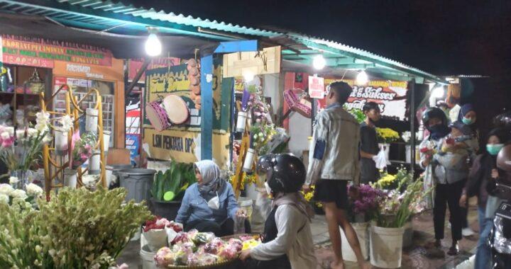 Jelang Ramadan suasana malam Kios Bunga Jl Gedung Empat Kota Cimahi, melayani pembeli 24 jam, setiap harinya. Sabtu, 10/4/2021.*rwd