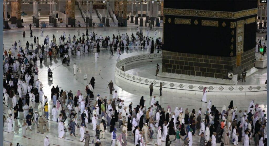 Para jemaah melakukan ibadah Tawaf, hari Selasa (20/7). Hanya 60 ribu orang yang diizinkan pemerintah Saudi untuk melaksanakan ibadah haji tahun ini, termasuk beberapa warga Indonesia yang tinggal di sana.