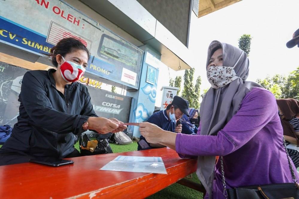 Sebanyak 290 warga Kelurahan Tamansari menerima bantuan sosial Pemberlakuan Pembatasan Kegiatan Masyarakat (PPKM) Darurat, Rabu (21 Juli 2021).