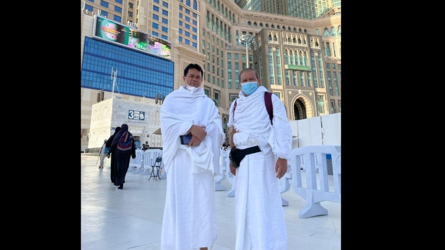 Konsul Haji KJRI Jeddah Endang Jumali (kiri) bersama Konjen RI Jeddah di pelataran Masjidil Haram. Foto : Humas Kemenag