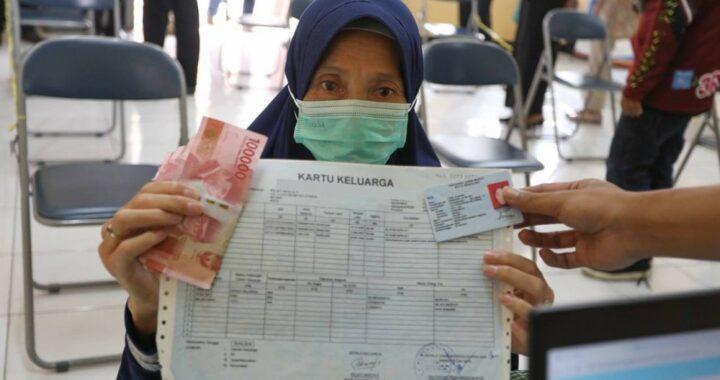 Salah seorang warga menerima bantuan sosial (bansos) PPKM dari Pemerintah Kota (Pemkot) Bandung.*