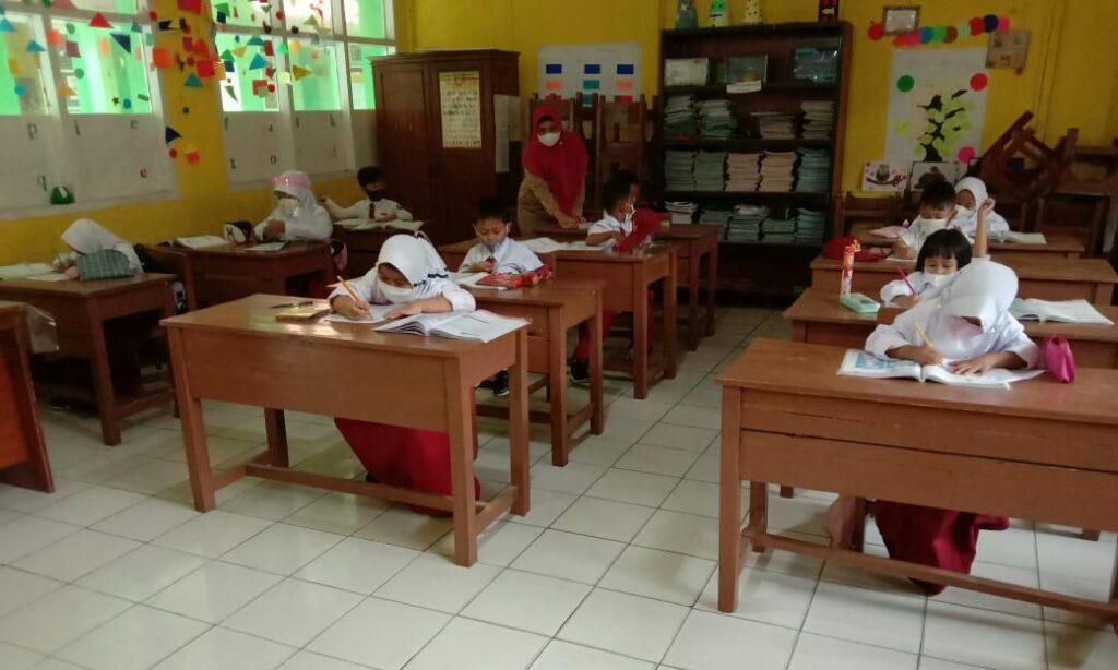 Hari pertama Pembelajaran tatap muka Kelas 1B SDN Baros Mandiri 4 Kota Cimahi, Selasa (6/09/2021). PTM Terbatas dilakuan 1 minggu 1 kali.